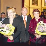 Die Chorleiterinnen Valentina Kopp und Annegret Rathert-Habbe freuen sich mit dem Vorsitzenden des Kirchbauvereins Gerhard Steinmann über den Konzerterfolg, Copyright MINDENER TAGEBLATT / MT ONLINE 15. Mai 2007